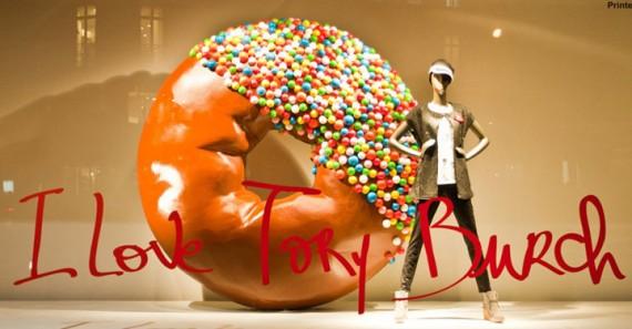 Riesen-Donut im Schaufenster