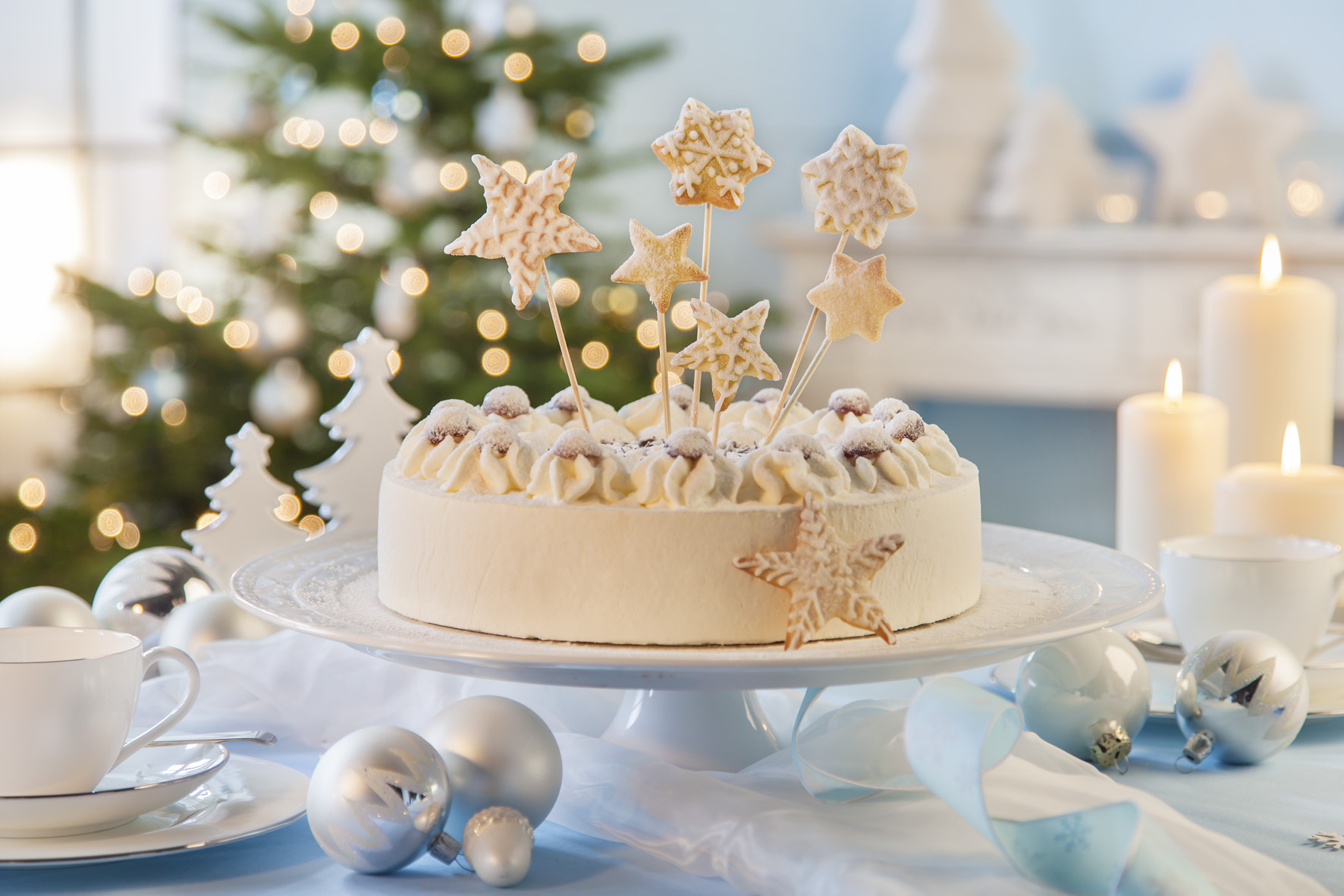 Weihnachtstorte mit Kekssternen verzieren