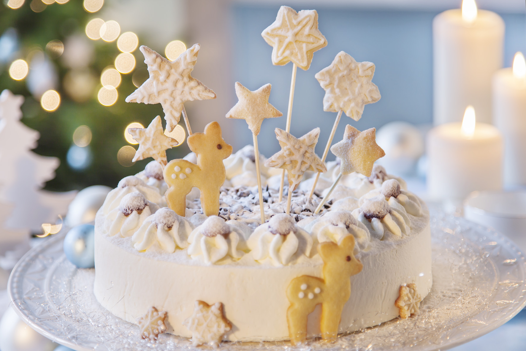 Weihnachtstorte mit Rekitzen aus Keks verzieren