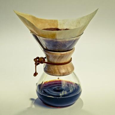 Klassische Zubereitung des Filterkaffees im Glaskolben