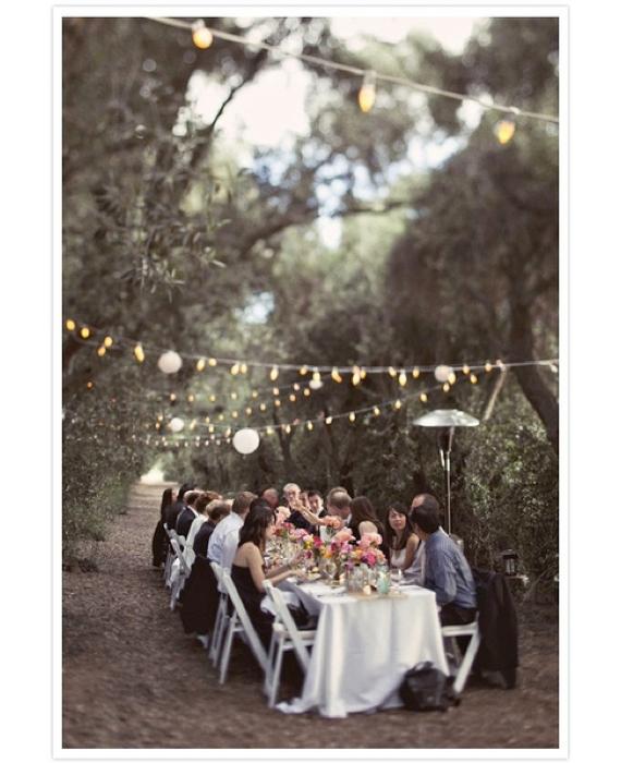 Edle Hochzeitstafeldeko für die Feier im Freien