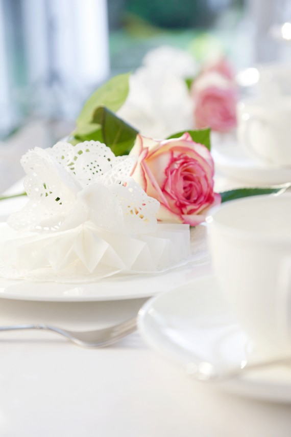 Spitze verleiht der Hochzeitstafeldeko besonders schönen Charme