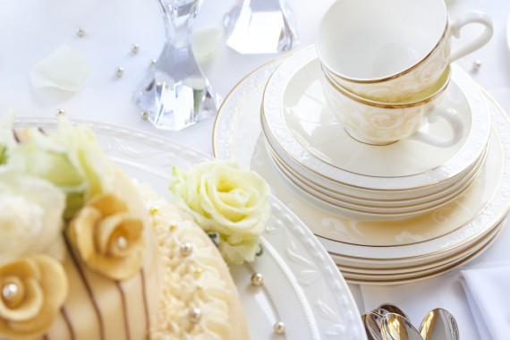 Edles Geschirr zur Hochzeitstorte macht den glamourösen Look perfekt