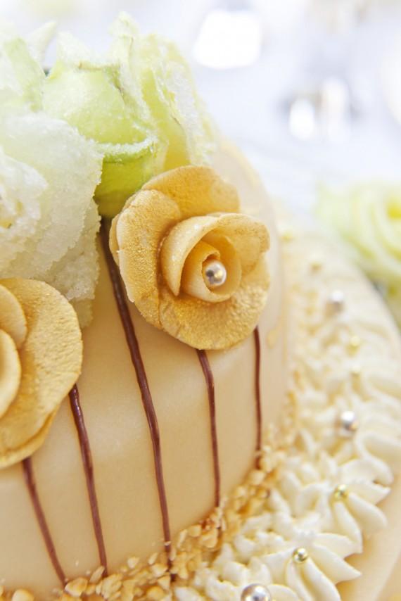 Zuckerperlen verleihen der Hochzeitstorte besonderere Eleganz