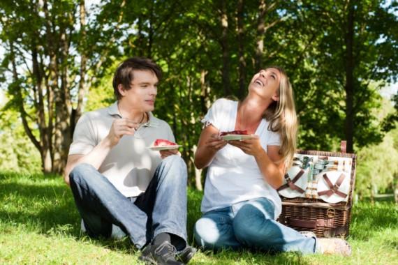 Paar Picknick mit Kuchen