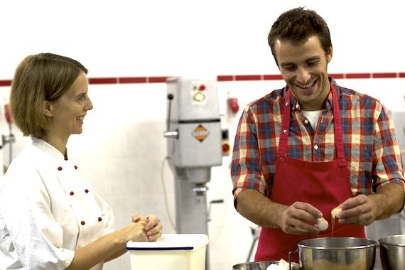 Stephanie und Max bereiten Biskuitboden zu