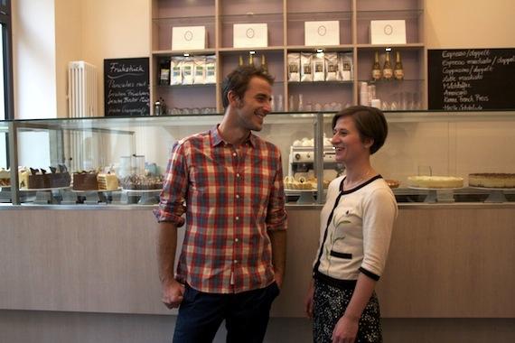 Max mit der stellvertretenden Geschäftsführerin Stefanie Dorsch bei Princess Cheesecake