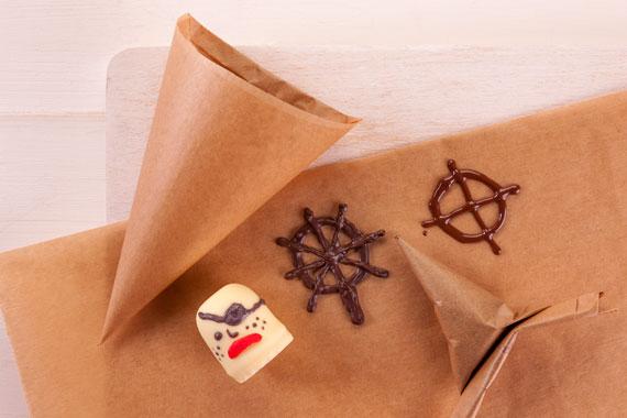 Kleine Details aus Schokolade für die Geburtstagstorte im Piratenschiff-Look