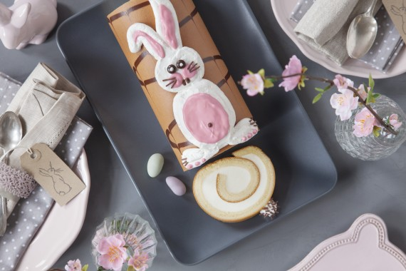 Ostern-Kaffee-Tisch-Oster-Torte-Osterhase-Sahne-Rolle
