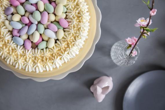 Ostern-Kaffee-Tisch-Oster-Torte-Oster-Eier