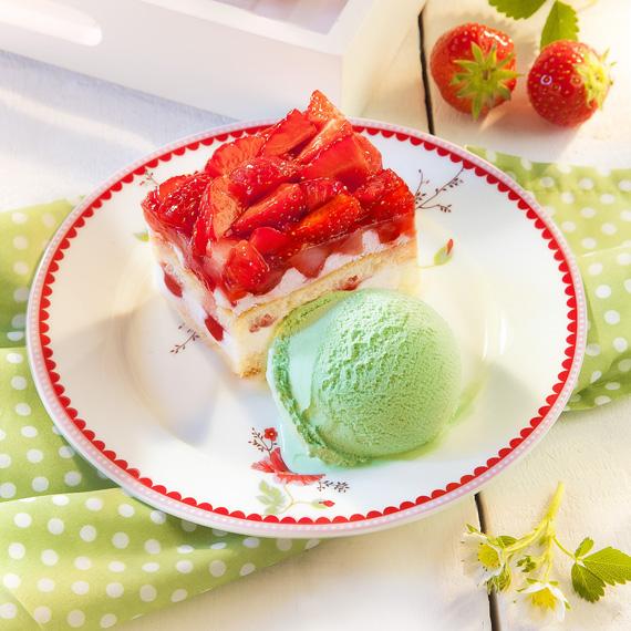 Erdbeer-Joghurt-Sahne-Schnitte-Kuchen-Eis-Dessert