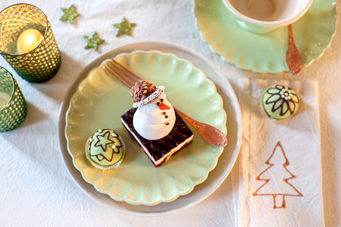 Weihnachtskuchen ohne backen mit Schneemann als Deko