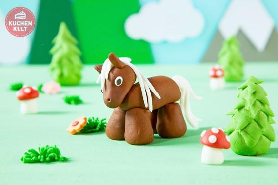 pferdekuchen kindergeburtstag pferde torte mit fondant pferd. Black Bedroom Furniture Sets. Home Design Ideas