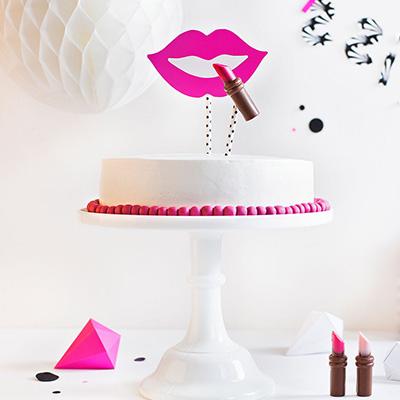 Geburtstagstorte Rezept und Dekoration mit Kussmund und Lippenstift