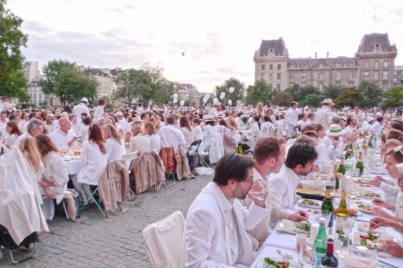 White_Dinner_Paris