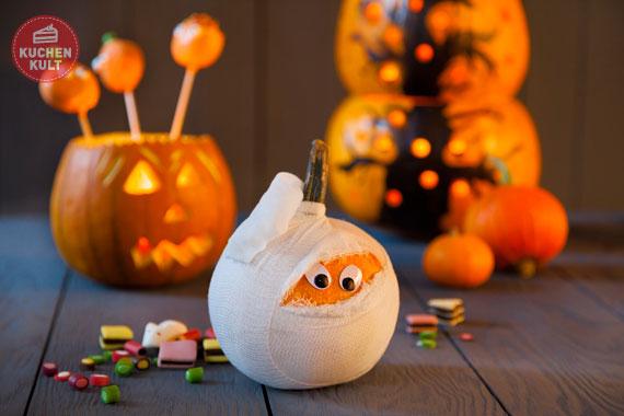 Halloween-Kürbis als Mumie verzieren