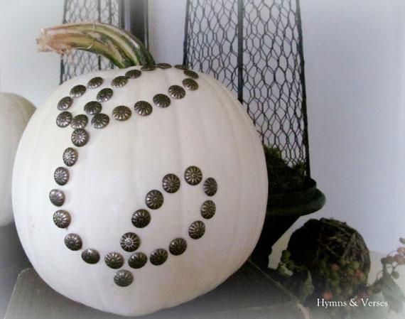 Kürbis zu Halloween dekorieren mit Monogramm aus antiken Nägeln