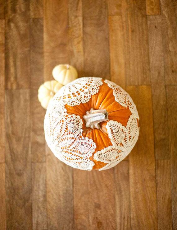 Kürbisse zu Halloween vintageartig dekorieren mit Spitze