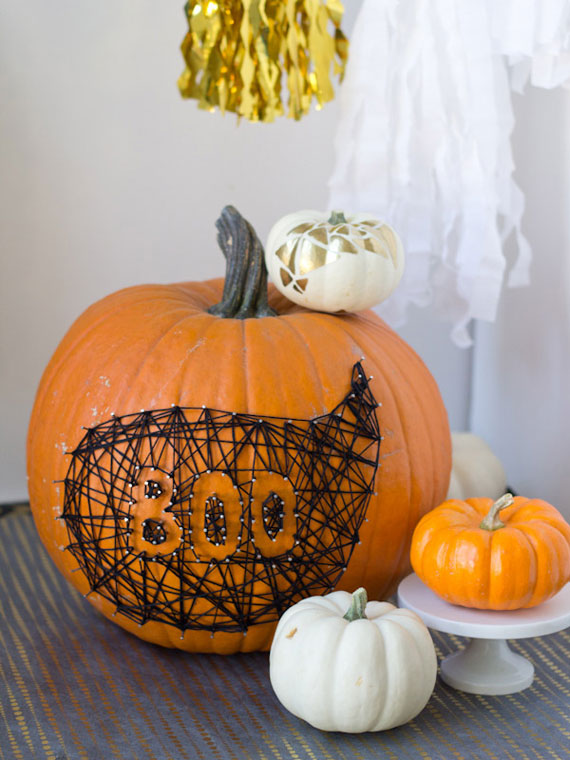 Kürbisse mit Nadel und Faden zu Halloween dekorieren