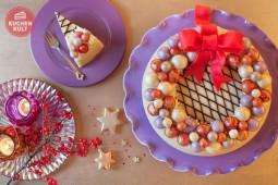 Festliche Weihnachtstorte mit Kugelschmuck