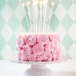 Geburtstagstorte Rezept und Idee für Verzierung mit Sahne-Rosen