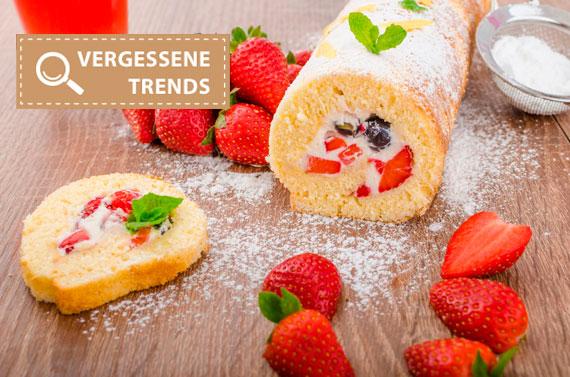 Traditionelle Biskuitrolle mit Sahne und Erdbeeren
