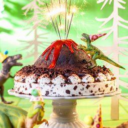 Kindergeburtstagstorte Rezept und Deko mit Dinosauriern und Vulkan