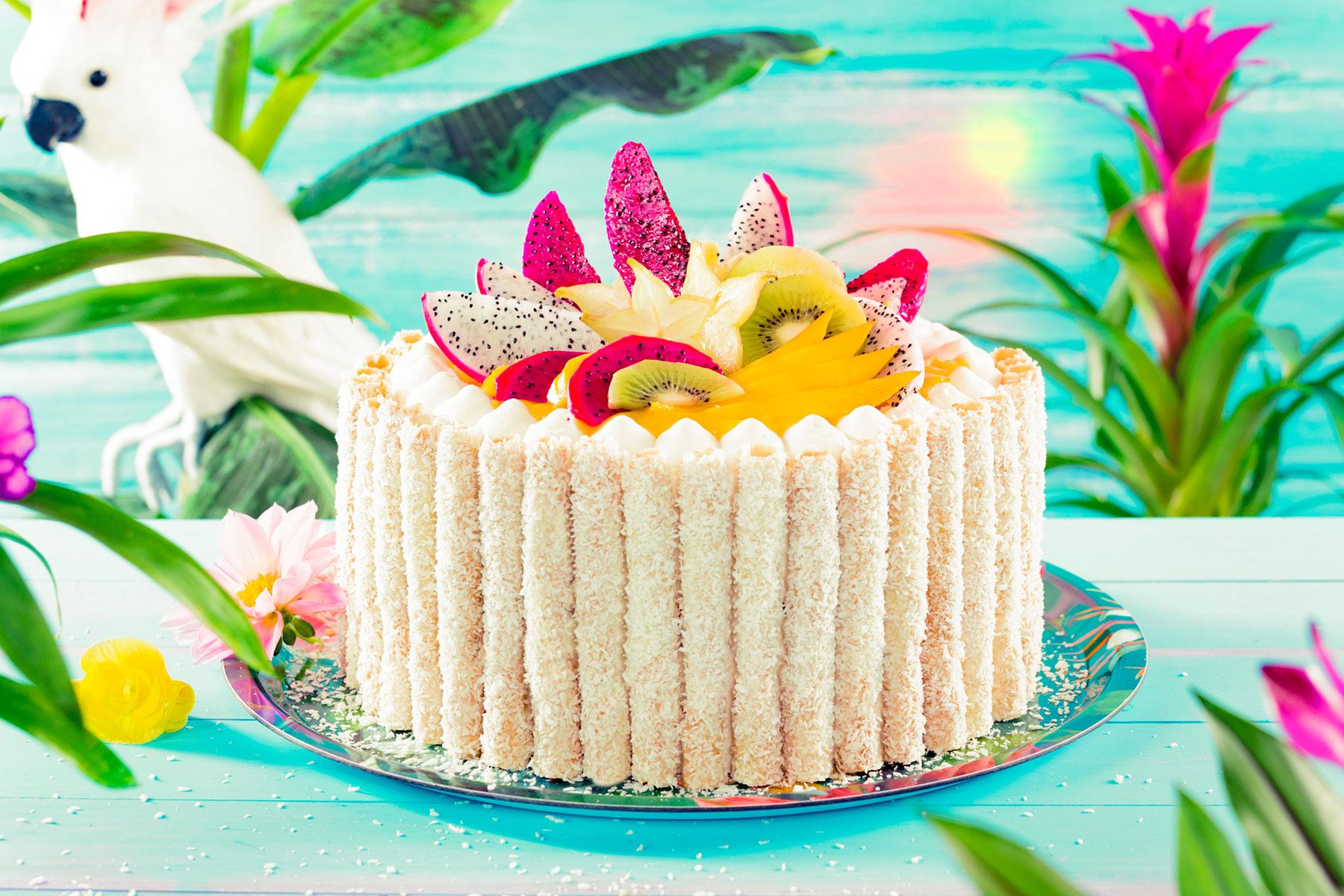 Rezept und Ideen für Kokostorte mit Keksröllchen und Früchten