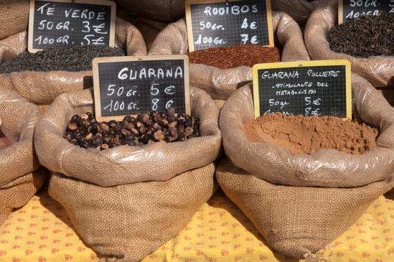 Die koffeinhaltigen Samen der kleinen roten Guarana-Beeren liefern viel Energie und erhöhen so Konzentration und Wachsamkeit