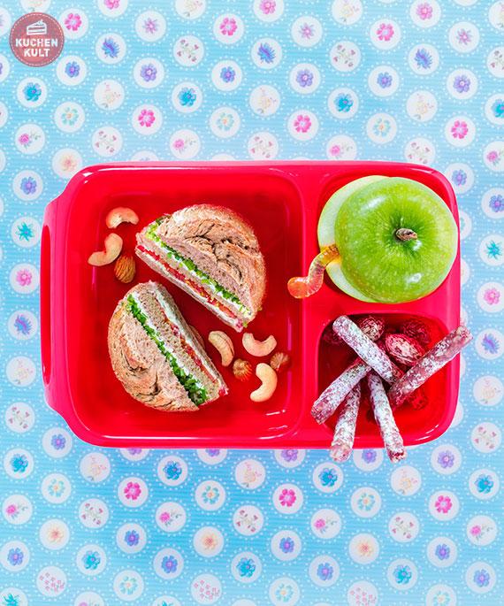 Brotdose mit Brötchen, Apfel, Snacks für unterwegs