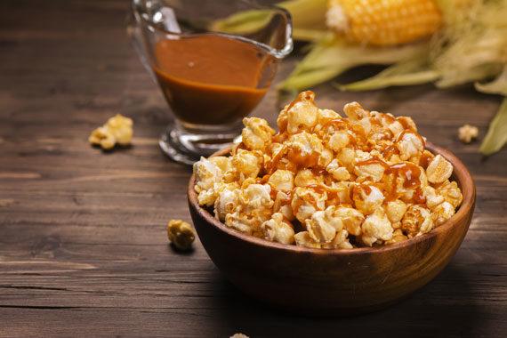 Filmabend DVD-Abend Popcoon mit Karamell-Soße, salted caramel