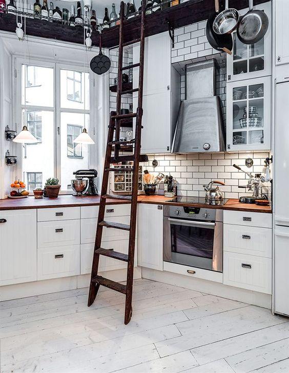 Moderne Landhausküche offen Leiter Steinwand Idee
