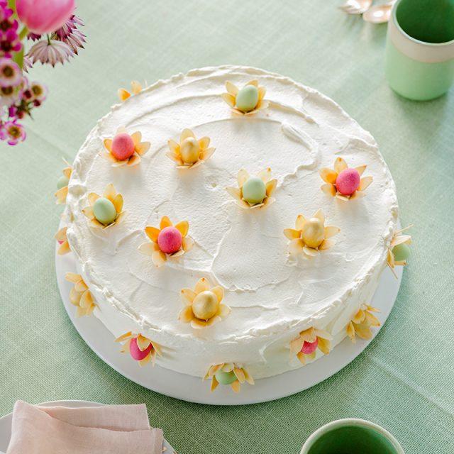 Torte zu Ostern Rezept und Deko mit kleinen Eiern und Mandeln