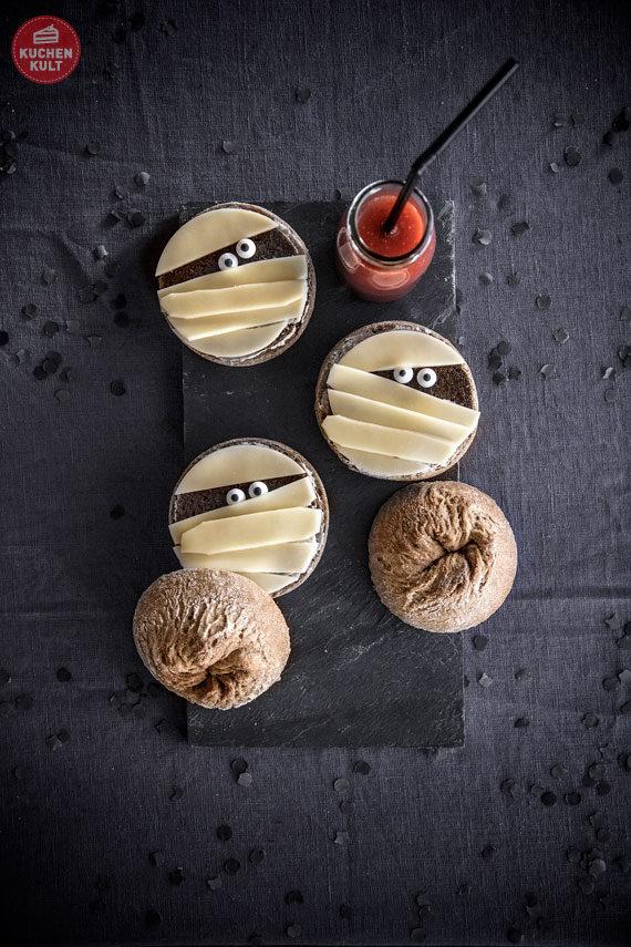 Halloween-Torte-Buffet-Snacks-Rezepte-Brötchen-Mumien