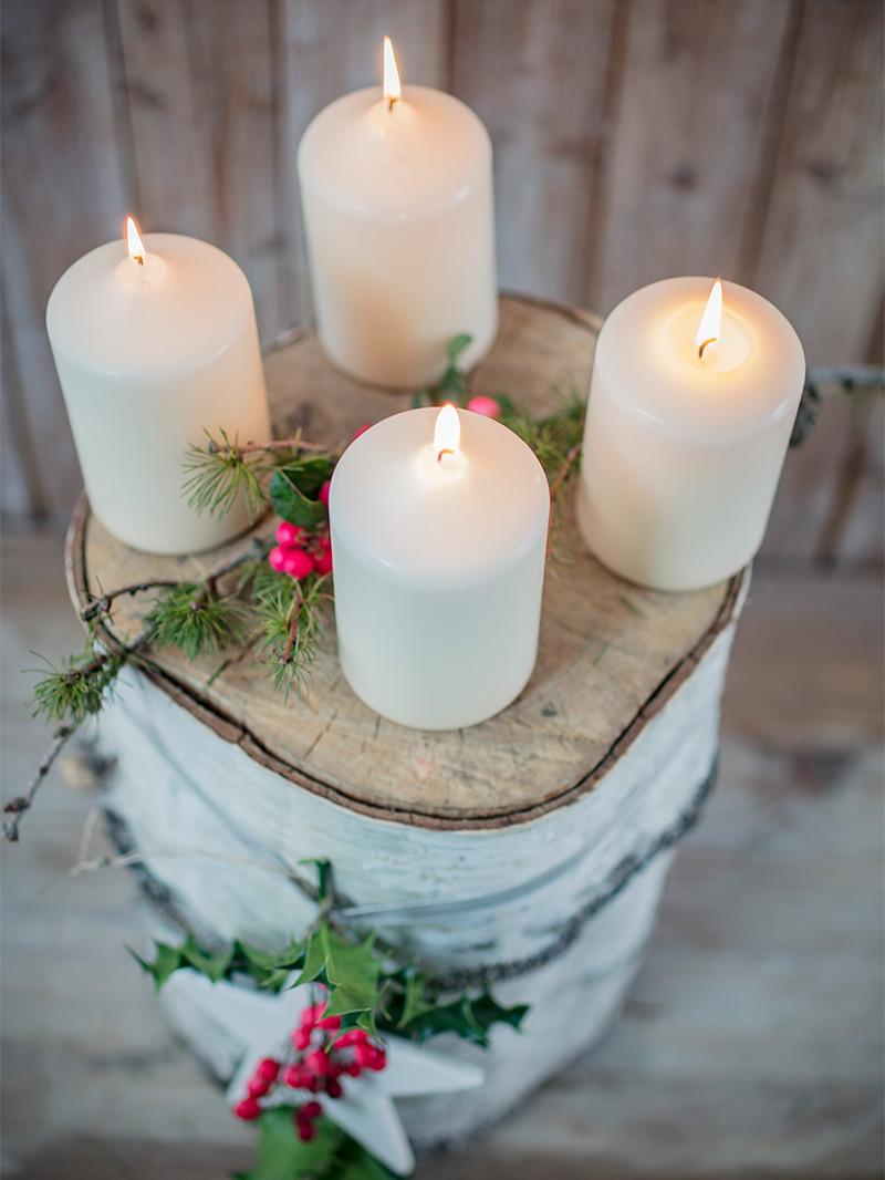 Adventskranz als Deko-Kulisse für Weihnachtstorte und Weihnachtskuchen
