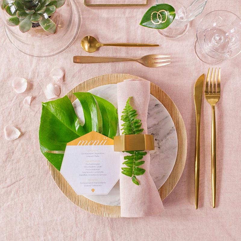 Dekoration für Tisch mit Hochzeitstorte mit Geometrie-Formen