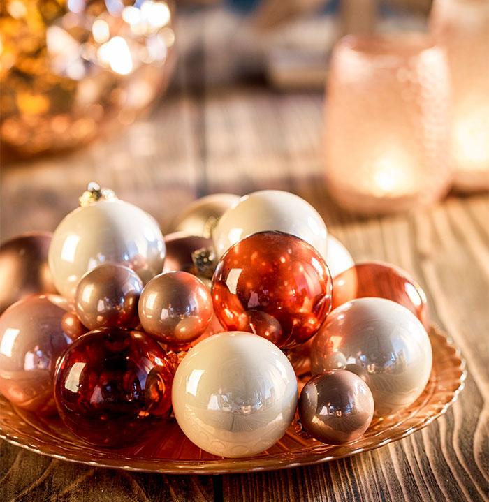 Dekoration mit Christbaumkugeln passend zur Weihnachtstorte