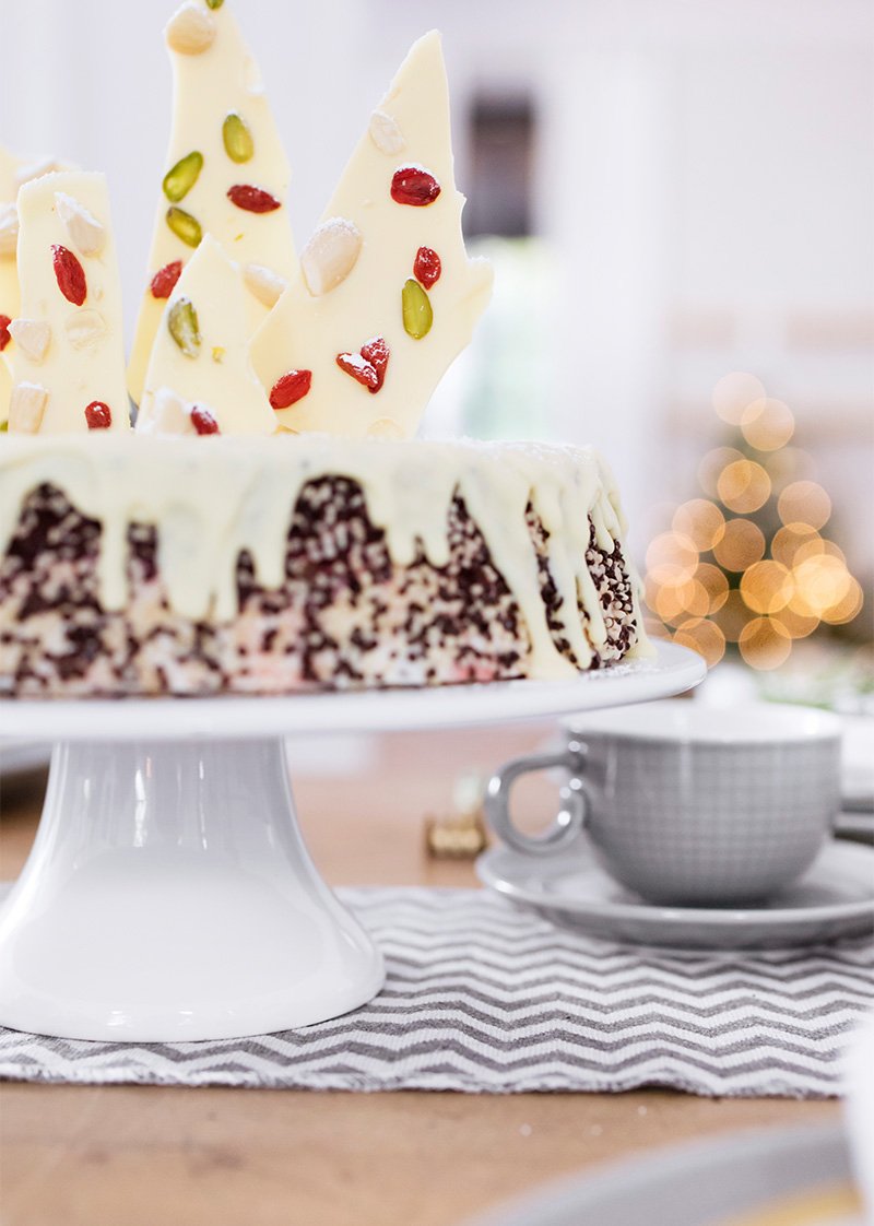 Schokoladen-Weihnachtstorte dekoriert mit weißer Schokolade