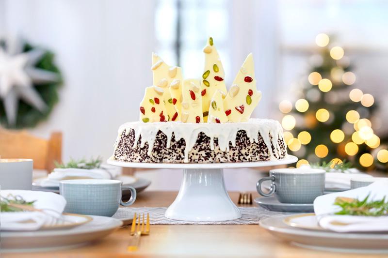 Schokoladen-Weihnachtstorte mit weißer Schokolade selbst dekoriert