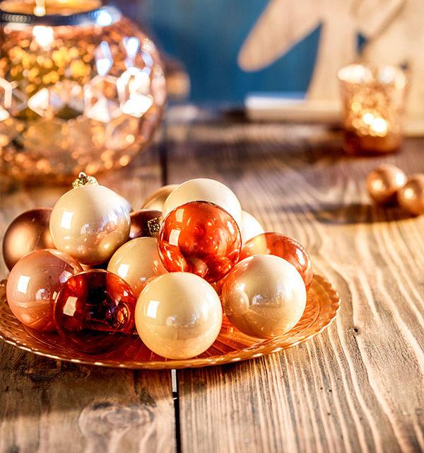 Tischdeko mit Kugeln als Umgebung für Weihnachtstorte
