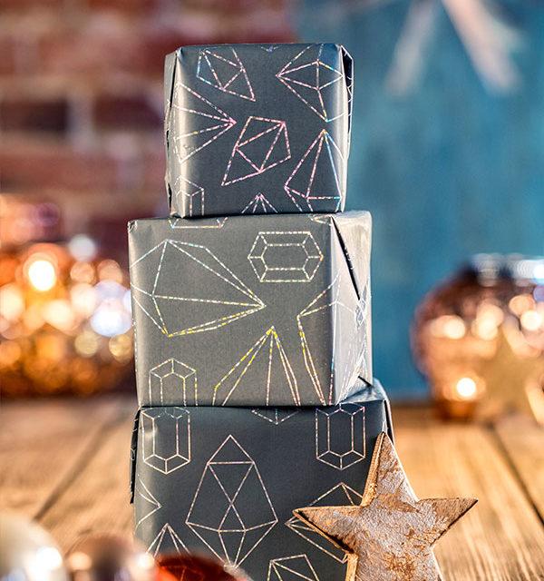 Verpackte Geschenke als Deko-Umgebung für Windbeuteltorte