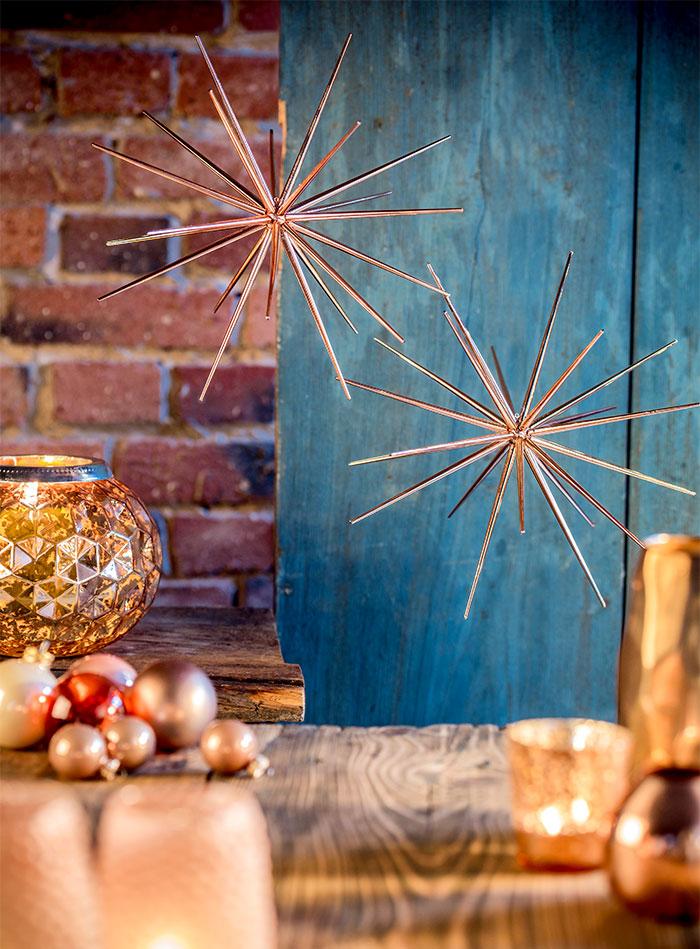 Weihnachtsdeko mit Sternen als Ambiente für Weihnachtstorte