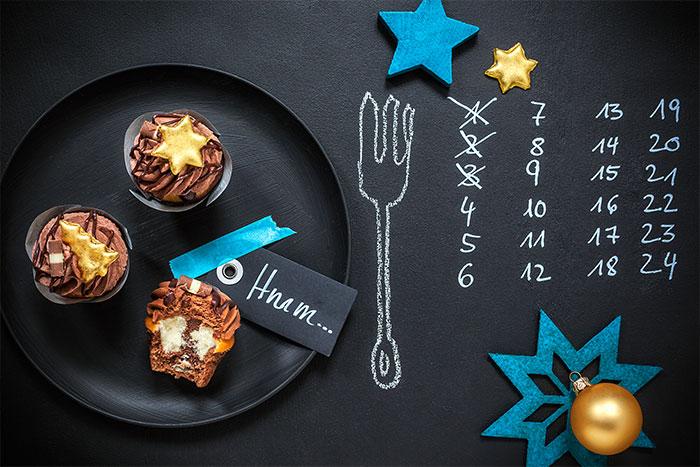 Weihnachtsdessert mit Cupcakes auf Teller dekoriert