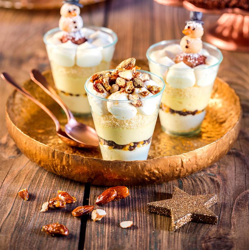 Weihnachtsdessert mit Mandeln selbst dekoriert mit Goldpuder