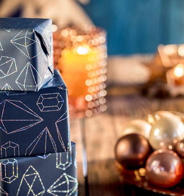 Weihnachtstafel dekoriert für Weihnachtstorte an Heiligabend