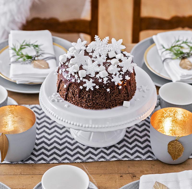 Weihnachtstorte aus Schokolade mit Marshmallows und Fondant
