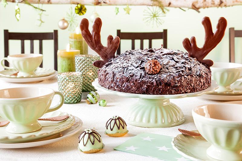 Weihnachtstorte mit dunkler Schokolade und Rentiergeweih