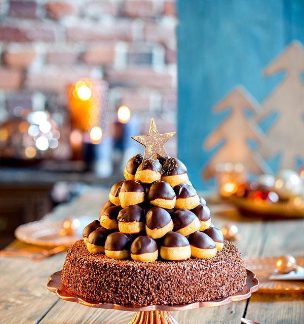 Weihnachtstorte selbst gemacht mit Windbeuteln und Deko