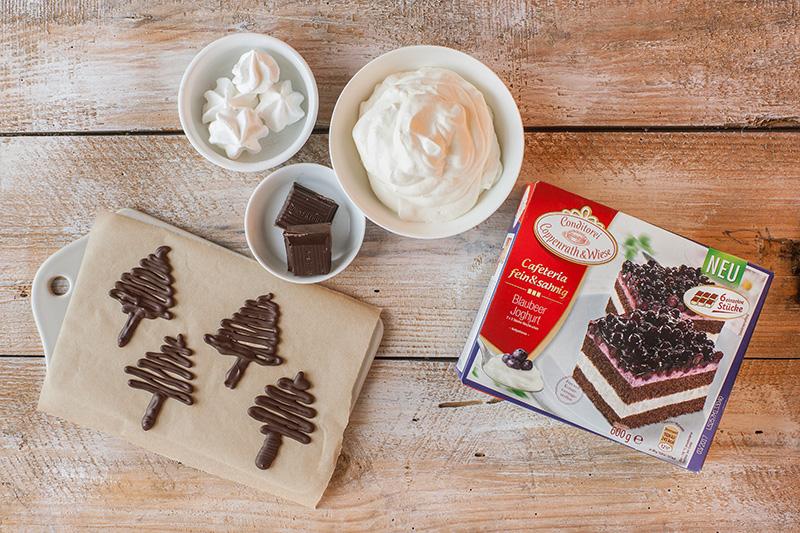 Zutaten für Schoko-Tannenbäume zum Dekorieren von Weihnachtskuchen