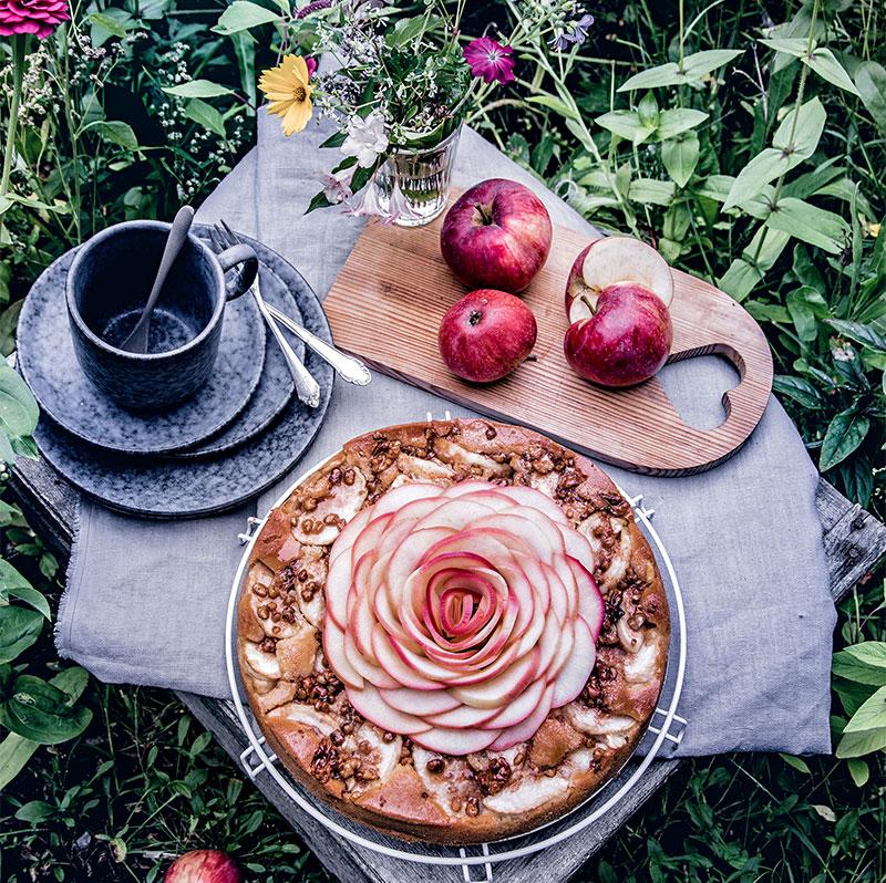 Apfelkuchen mit Rose aus Äpfeln herbstlich dekoriert